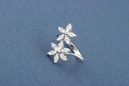 Blumenförmiger Diamantring mit Pavé Fassung